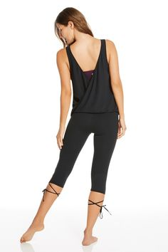 This just in: a reversible workout tank, equipped with a detachable sports bra. Complete your look with the high-performance crop capris that feature feminine lace-up.    French Riviera outfit - Fabletics
