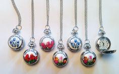 Een trendy kettinghorloge met diverse tulpenprints