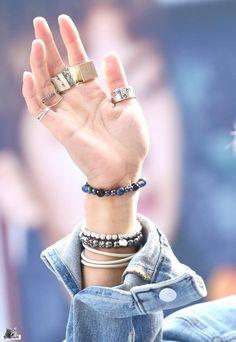 wanna wrap around ur arm like wrist watch Winner Ikon, Mino Winner, Song Minho, Beautiful Person, Boy Bands, Bangles, Mens Fashion, Songs, Jewels