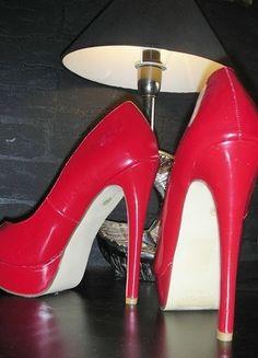 Kaufe meinen Artikel bei #Kleiderkreisel http://www.kleiderkreisel.de/damenschuhe/hohe-schuhe/128028690-stiletto-pumps-plateau-rot-4041-15cm-absatz