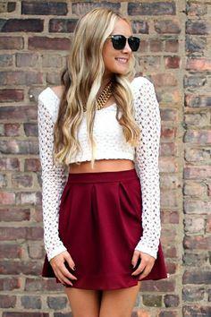 Crop top manche longue blanc et jupe rouge bordeaux.