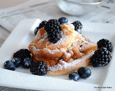 lemon-scented german pancakes (Individual made in jumbo muffin tin) Breakfast Pancakes, What's For Breakfast, Pancakes And Waffles, Breakfast Dishes, Breakfast Recipes, Baby Pancakes, Health Breakfast, Crepes, Great Recipes