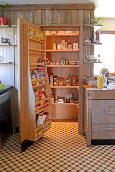 un chaleureux atelier culinaire - cuisine chêne massif, carreaux ciment,  billot, inox, étagères bois, lambris, bardage, cellier, rangements                                                                                                                                                      Plus