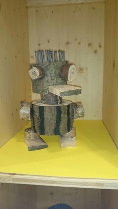 Spijkermannetje van karel appel. Timmeren met resthout. Deconstructed Role Play, Art Informel, Wood Crafts, Diy Crafts, July Holidays, Activities For Boys, Outdoor Education, Forest School, Middle School Art