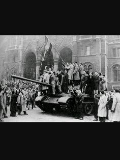 La Unión Sovetica con las tropas de pacto de Varsivia decide invadir  a Hungría
