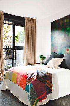 Dormitorio decorado en colores cálidos