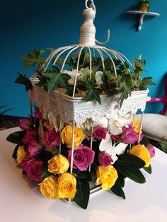 Jaula Floral: Una propuesta vintage de minirosas, una hidrágea y jazmines dentro de una jaula decorada. Solicítalo ya: Teléfono +571 2159030 o al correo electrónico clientes@lapetala.com Precio $150.000 la grande y $120.000 la mediana
