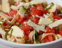 Tomato & basil pasta - cook it for your friends and they'll love you forever (click image for recipe). Easy Student Meals, Tomato Basil Pasta, Recipe Recipe, How To Cook Pasta, Dinner Tonight, I Foods, Thrift, Side Dish, Italian Recipes