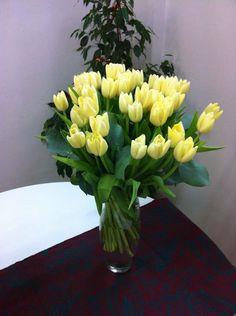 Jarrón de tulipanes amarillos, un regalo perfecto para alegrar a alquilen
