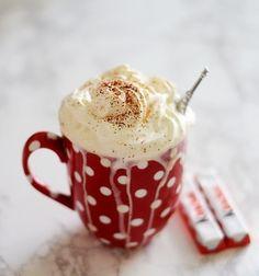 hot cocoa and kinder chocolate. The polka dot mug with eiffel tower is so cute. Winter Christmas, Christmas Time, Christmas Coffee, Merry Christmas, Cocoa, Cake Mug, Café Chocolate, Chocolate Recipes, Cool Mugs