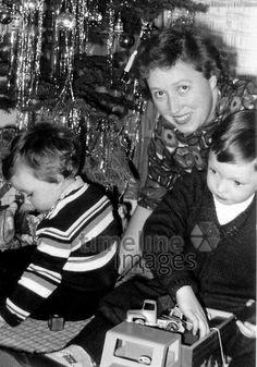 Weihnachten 1964 Ochsenfurt/Timeline Images #60er #Familie #Festlichkeiten #Frau #Kinder #Spielzeug #Weihnachten #Weihnachtsbaum #Brauchtum #historisch #schwarzweiß #spielen #Lametta #Heiligabend Timeline Images, Couple Photos, Couples, Christmas Eve, Christmas, Christmas Tree, Playing Games, Nice Asses, Couple Shots