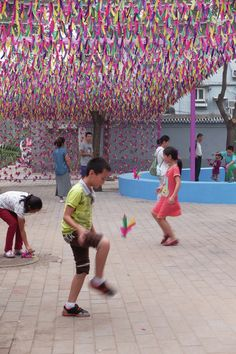A New Pavilion In Beijing Features Brightly Colored Shuttlecocks Interactive Installation, Artistic Installation, Sports Day Decoration, Urban Design Concept, Train Platform, Urban Intervention, Event Signage, Guerilla Marketing, Wedding Photography Poses