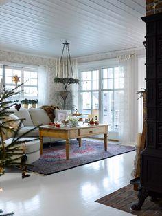 HJEMME HOS BENTE - RUSTIKK OG ROMANTISK JUL VED MJØSA: Et romantisk tapet mot en rustikk teglestensvegg, et klassisk gulvteppe mot et stuebord i landlig stil. Kontraster som skaper spenning i interiøret | Marianne de Bourg - Idemagasinet Country Living, Living Room, Mirror, Christmas, Furniture, Home Decor, Modern, Rome, Country Life