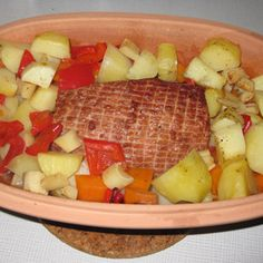 Hamburgerryg er et fantastisk velsmagende stykke kød, som vi i vores familie desværre får for sjældent. Når det så endelig skal være, så skal den selvfølgelige tilberedes i stegesoen. Her i denne ret er den kogt i halv vand og halv æblejuice. Det søde og syrlige i æblejuicen står rigtig godt til den salte hamburgerryg. …