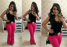 CALÇA FLARE PINK + STRAPPY BRA lookdodia #lookbook #lookoftheday #instafashion #instalook #calçaflare #flarepants #pinkpants #strappybra