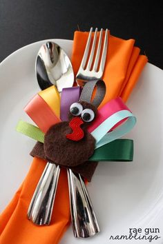 THANKSGIVING DIY Turkey Napkin Rings Cute little turkey can be a souvenir for the invited guests for thanksgiving. Thanksgiving Diy, Thanksgiving Activities, Thanksgiving Centerpieces, Diy Halloween Dekoration, Decoration Table, Napkins, Diys, Napkin Holders, Silverware Holder