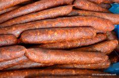 Carnati de casa unguresti tip csabai (de la Békéscsaba) – carnati afumati de casa, din carne de porc, condimentati si usor picanti. Culoarea rosie si iuteala sunt date de paprica (boiaua) specifica zonei. Carnatii de casa unguresti tip csabai (a se citi: cio-bo-í cu accent pe ultimul i) provin din zona de est a Ungariei, Spanish Sausage, My Recipes, Favorite Recipes, Romanian Food, Pastry Cake, Smoking Meat, Fun Cooking, Lunches And Dinners, Charcuterie