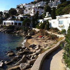 Matí ideal per fer #camíderonda , #gr92 al seu pas per la platja de #Canyelles Petites #aRoses #inCostaBrava