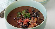 Sopa de frijol negro con tocineta, crema y cilantro