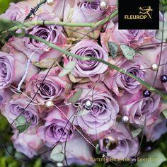 Dit mooie bruidsboeket is gemaakt door Fleurop bloemist Tommy Bloemen uit Leerdam. In dit rond gebonden trouwboeket is gebruikt gemaakt van prachtige rozen en Scindapsus Pictus. En zijn er sierlijke details toegevoegd in de vorm van de verschillende parels die ook perfect passen bij het boeket!