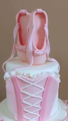 Beautiful cake idea can find Cake decorating videos and more on our website. Cake Decorating Videos, Cake Decorating Techniques, Cookie Decorating, Beautiful Cakes, Amazing Cakes, Bolo Diy, Super Torte, Ballerina Cakes, Ballerina Birthday