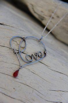 Collier Pendentif simple mais élégant, avec fil écrit le mot « Love » à lintérieur du cœur. Il a des lignes fluides et beaucoup de sensation de