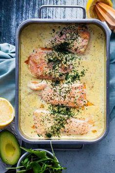 Jag tror inte man kan ha för många olika recept på fisk i ugn. Det är en sådan bra vardagsmat, som i vissa fall även bara kan lyxas till lite och utan problem serveras till helgen. Det här receptet på lax i citronsås har jag gått och funderat på länge. Men så igår blev det äntligen av att provla