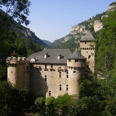 Le charmant petit château de La Caze est établi au fond des féeriques gorges du Tarn. Dominé par de formidables falaises de calcaire et bordé par la rivière, c'est un simple logis seigneurial pourvu de quelques défenses juste suffisantes contre des brigands. C'est aujourd'hui un hôtel-restaurant de luxe