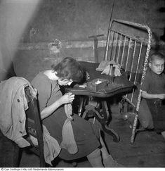 Slachtoffers van hongerwinter in hun huis, Amsterdam (1944-1945 ...amsterdam 1940 1945 - Google zoeken