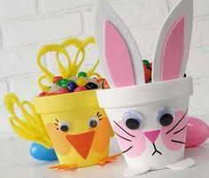 Manualidades de pascua. La idea de este damero hecho con hueveras (conejo contra pollito) me encantó, además es una ocasión genial para enseñarle a los niños a jugar!