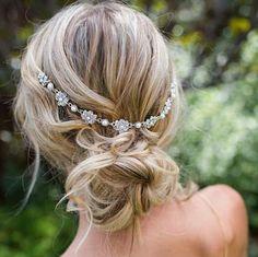 Coiffure de mariage pour cheveux longs : le chinon bohème