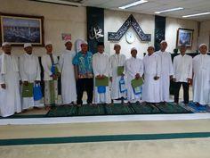Wakadis DPP Edy Sumantri menyerahkan hadiah Lomba Azan Masjid Al-Badar