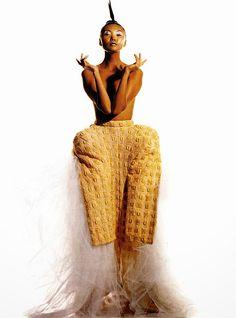 """""""The Rei Way"""" Photographie : Irving Penn  -  Editor : Phylis Posnick Fashion Rei Kawabuko pour Comme des Garcons  Vogue octobre 1995"""