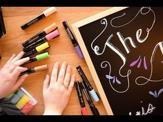 Chalkboard Hand Lettering For Complete Beginners A great resource for beginners who want learn hand lettering for chalkboards. This video is all about hand letting with chalk markers. Chalkboard Hand Lettering, Chalkboard Markers, Chalkboard Decor, Chalk Pens, Chalkboard Designs, Framed Chalkboard, Chalk Markers, Chalk Art, Mini Chalkboards