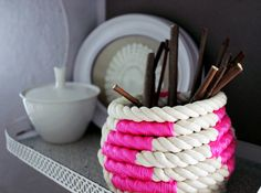 DIY Color-Block Coiled Rope Basket via Design Sponge Diy Projects To Try, Craft Projects, Craft Ideas, Diy Ideas, Decorating Ideas, Sisal, Rope Decor, Pot A Crayon, Creation Deco