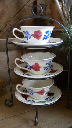 3 Kop en schotels van het Boerenbond servies van Petrus Regout!! De kopjes hebben ook een erg leuke vorm... Holland, Delft, Arabesque, High Tea, Teacups, Cup And Saucer, Tea Time, Tea Party, Dutch