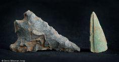 À gauche une pointe de flèche à pédoncules et ailerons équarris, probablement en silex, attribuée au Néolithique final ou au Bronze ancien ; à droite une pointe de poignard cassée, en bronze, datée du Bronze final, Wissous (Essonne), 2011.  Ces objets matérialisent les occupations antérieures à l'installation gauloise sur le site.