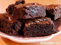 """""""I wish to believe in immortality - I wish to live with you forever"""" (John Keats). """"American Brownies"""" er en udødelig klassiker! Jeg elsker sjokoladesmaken, konsistensen og at de er så lettvinte å lage - det ser du av de utallige variantene på detsoteliv.no. Denne supre oppskriften passer til liten form og er kjempelett å røre sammen. Kaken er uten nøtter og gir myk og litt klebrig sjokoladekake. Perfekt oppskrift når du plutselig blir fysen på noe godt!"""