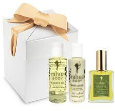 Faîtes (vous) plaisir en offrant ce magnifique coffret cadeau luxueux Rahua qui contient les 3 soins 100% naturels et vegan pour le corps Rahua : Le gel douche revigorant Rahua (60 ml), la lotion hydratante pour le corps (60 ml) et l'huile merveilleuse Amazon Rahua. Un moment de pure détente garanti ! #cadeauxbio #Rahua