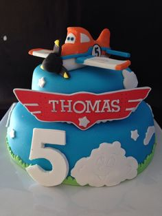 Make the Thomas wings out of cardboard to stick in the cake Planes Birthday Cake, Planes Cake, Birthday Cakes, Cupcake Cookies, Cupcakes, Cake Decorating For Beginners, Airplane Party, Sugar Craft, Pretty Cakes