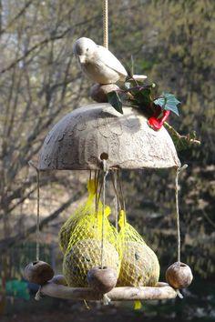 Meisenknödelhalter mit runder Landeplattform aus Keramik. Sehr hübsch und sehr beliebt bei den Piepsern. An den Halter ist noch eine Lasche aus Keramik dranmodelliert, sodas man dort einen Zweig...