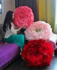 Праздничный декор интерьера. Большие цветы из бумаги