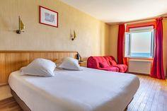 Chambre quadruple vue sur mer Hotel Kyriad Saint Malo Plage Hotel Saint Malo, Bed, Furniture, Home Decor, Bedrooms, The Beach, Home Decoration, Decoration Home