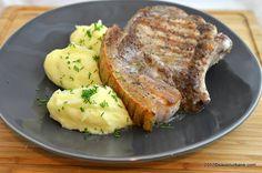 Cotlete de porc cu os si soric la tigaie - pork chops. O reteta simpla si rapida de cotlet de porc rumen si suculent, marinat in prealabil pentru fragezire.
