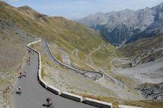 Unos ciclistas se enfrentan al Paso de Stelvio Pass durante el día anual del ciclismo.