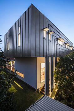 Alt trifft Neu in Cottesloe, Perth im Auftrag der Nexus Homes Group Zinc Cladding, Wooden Cladding, External Cladding, Cladding Ideas, Prefab Extensions, House Extensions, House Extension Design, Extension Designs, Perth