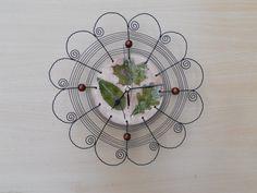 Hodiny listí, drát, keramika - Nástěnné hodiny jsem vyrobila z keramického glazovaného základu , černého železného drátu a dřevěných korálků v barvách glazury.  Velikost: průměr 31 cm  Tužková baterie není součástí hodin.    vavavu