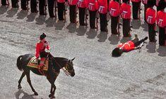 Desmayo de guardia real, 1970 Un guardia de honor se desmaya ante la Reina Isabel II durante el desfile Trooping Colour, 1970