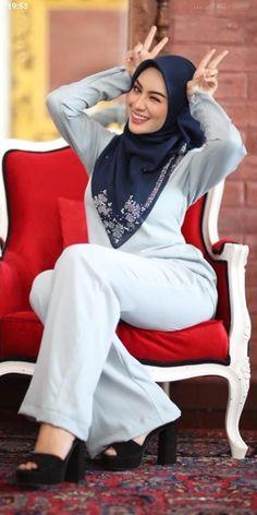 Beautiful Hijab Girl, Beautiful Muslim Women, Arab Girls Hijab, Girl Hijab, Niqab Fashion, Fashion Outfits, Iranian Beauty, Cheongsam Dress, Vietnamese Dress