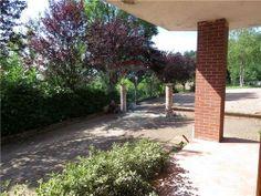 All'esterno una grande area organizzata con giardino e piazzale in cui si trova il posto auto coperto per 2/3 auto.